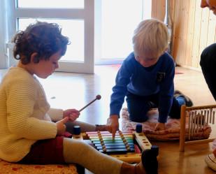 http://www.aupiedleve.beEveil musical pour les tout-petits